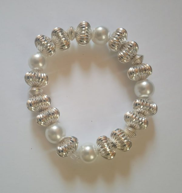 Silver Scallop Beaded Bracelet with white pearls